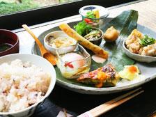 緑に包まれた別府の超人気カフェ「和蔵」で『季節のおそうざいランチ』を食べてきた!