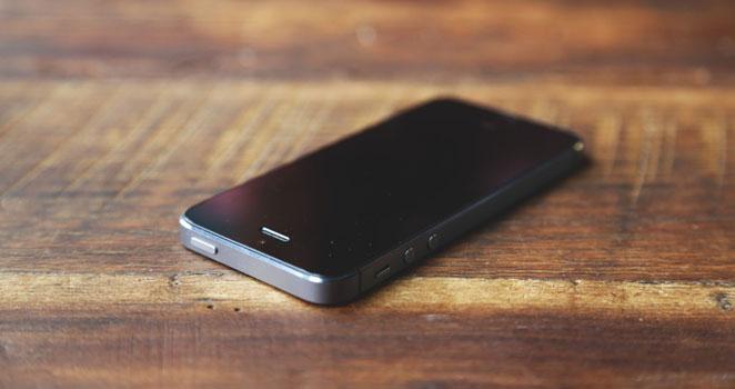 テーブルの上のiPhone画像