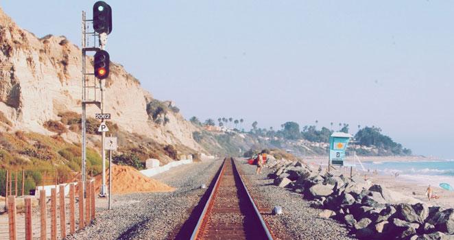 浜辺にある線路の画像