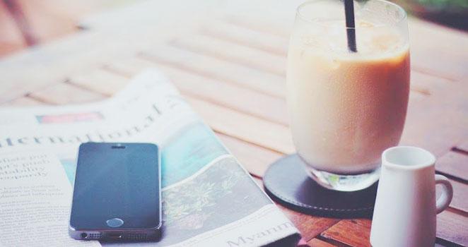 コーヒーと新聞の写真