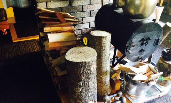 カフェにあるオシャレな薪ストーブ