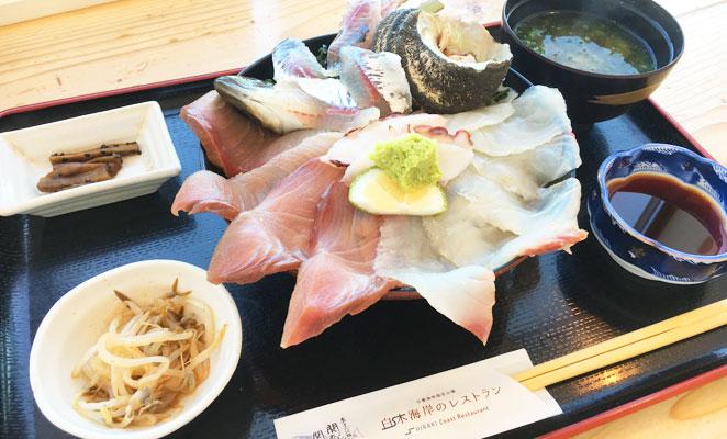 佐賀関白木海岸のレストランの海鮮丼