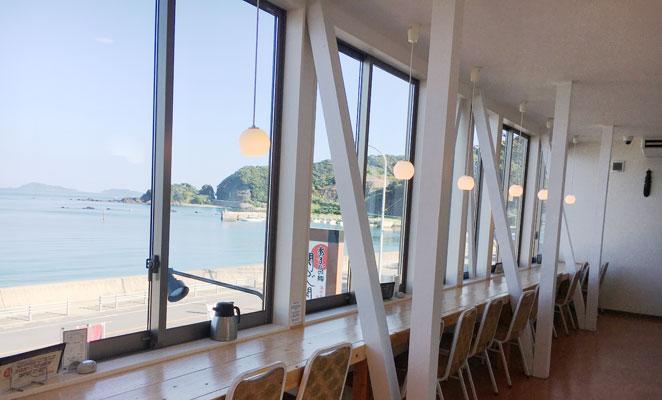 佐賀関白木海岸のレストランの店内画像