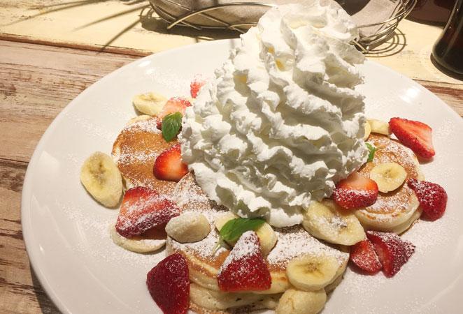 コナズ珈琲のストロベリー&バナナ&ホイップクリームパンケーキ