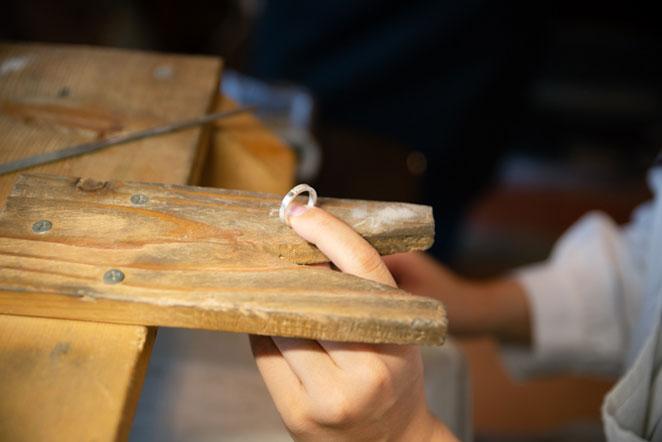 指輪を磨く工程