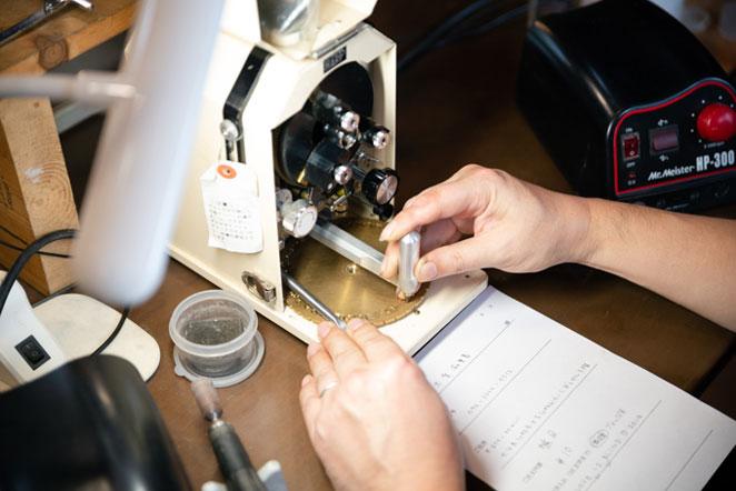 指輪に文字を入れる機械
