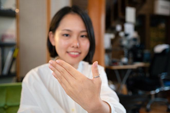 指輪を見せる女性の画像