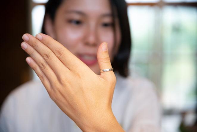 親指に指輪をはめている女の子